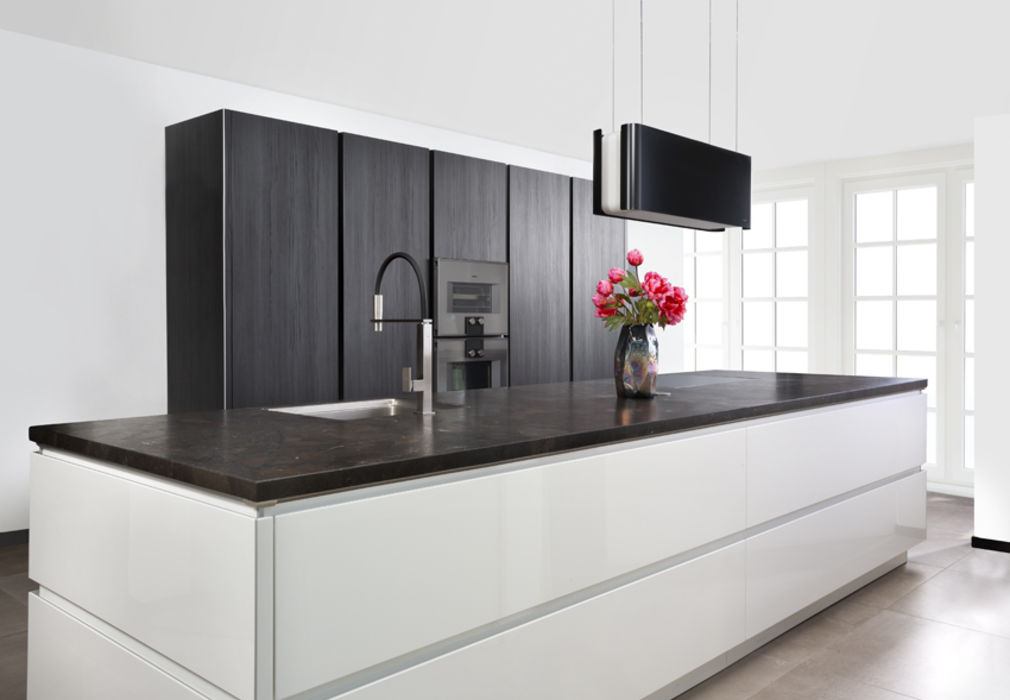 Witte Keuken Design : Strakke moderne keuken in zwart wit u marquardt küchen